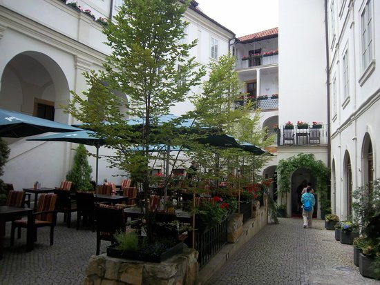 Iron Gate Hotel & Suites: Courtyard dining
