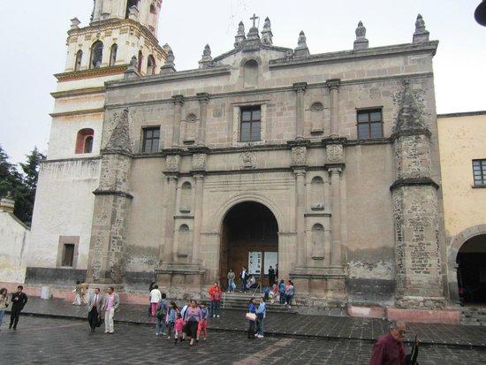 Coyoacán: Iglesia catedral en la plaza de los proceres de la Independencia.