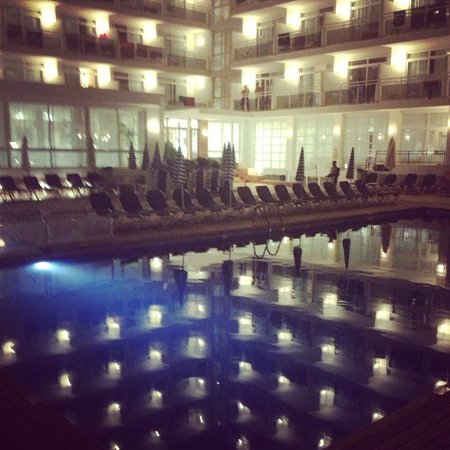 Fiesta Hotel Milord: Hotel and pool at night