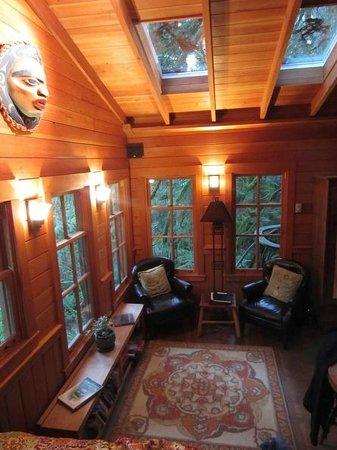 Treehouse Point: Livingroom area