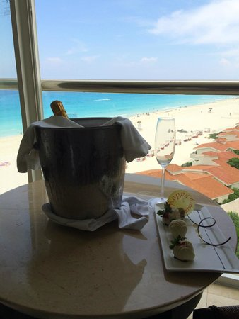 Le Blanc Spa Resort: Anniversary Champagne