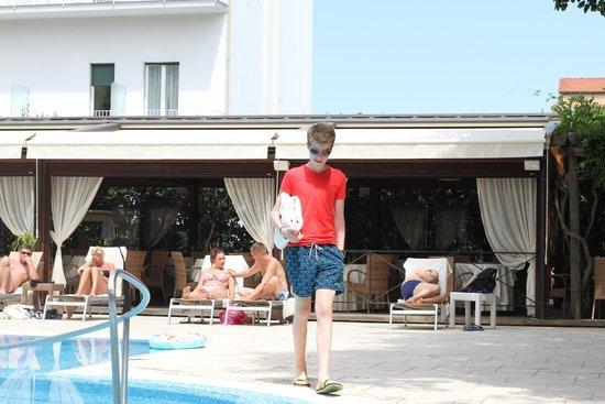 Hotel Mediterraneo Sorrento: Poolside.