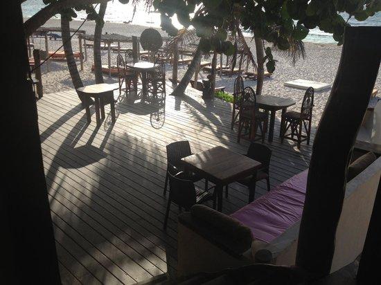 Amansala Eco Chic Resort: Beachfront dining area