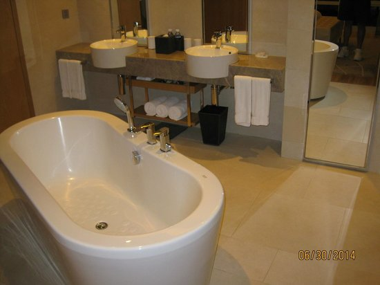 Renaissance Hong Kong Harbour View Hotel: double sinks in our bathroom