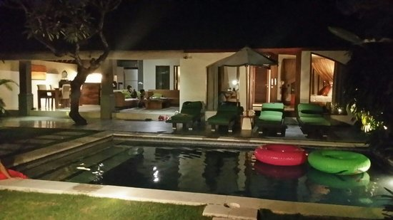 Serene Villas: Villa hibiscus at night