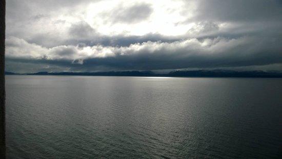 Cacique Inacayal Lake & Spa Hotel: vista hacia el lago desde el lobby
