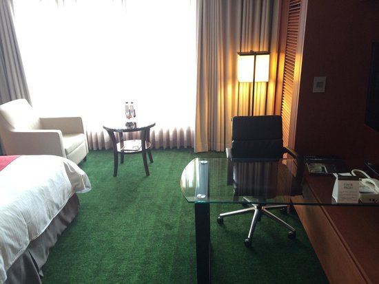 InterContinental Seoul COEX: Desk area and the rather disturbing green carpet