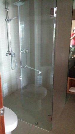 The Senses Resort: Massive shower