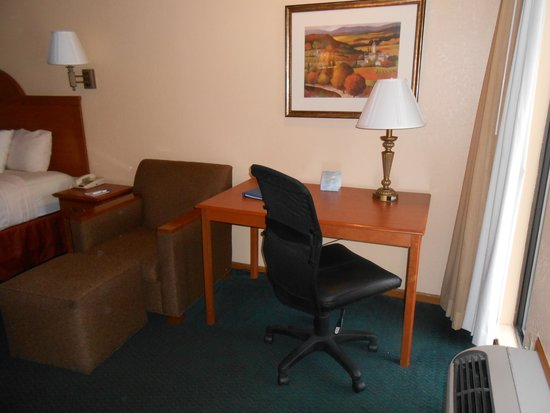 BEST WESTERN Country Inn - North: Desk and chair