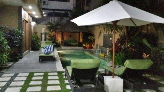O Villas : Private pool at night