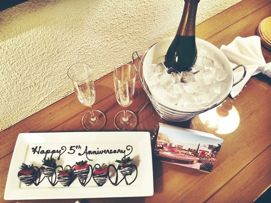 JW Marriott Scottsdale Camelback Inn Resort & Spa: The Champagne & Strawberries they left us