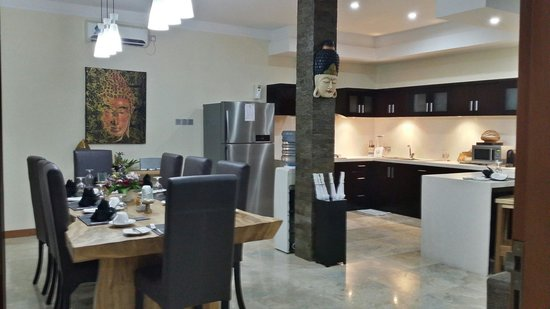 O Villas : Kitchen and dining area