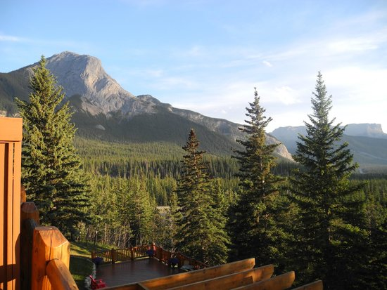 Overlander Mountain Lodge: Mountain view from the balcony