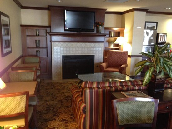 Country Inn & Suites By Carlson, Knoxville at Cedar Bluff: Warm and inviting area for their free breakfast.