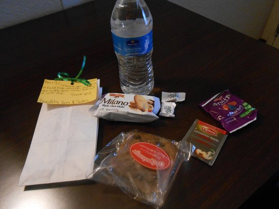 Quality Inn & Suites Airport: Personalized Gift Bag. Water & Snacks