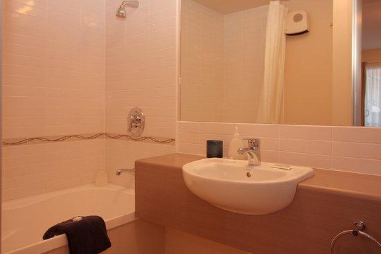 Cranford Oak Motel: Bathroom in studio suite