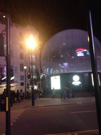 Piccadilly Circus : A snow glob