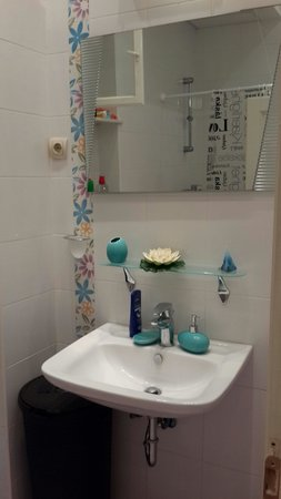 Melimelo Hostel: Bathroom