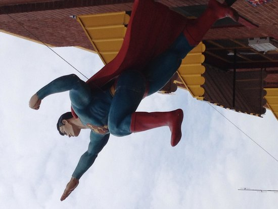 Superman Statue : Superman takes flight from a nearby building
