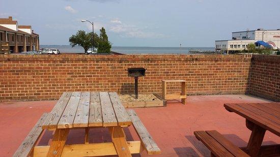 River Edge Inn: picnic area next to pool