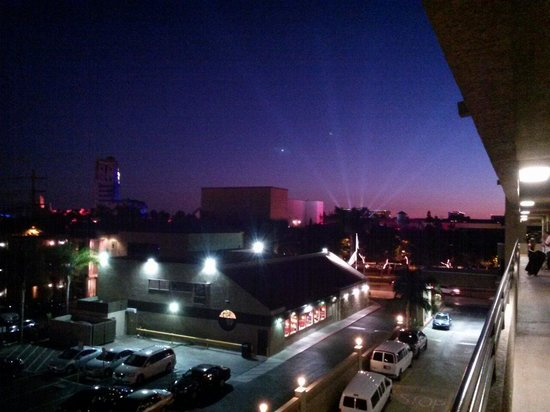 Anaheim Desert Inn and Suites: A view from our room at night from the 4th floor!