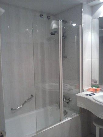 NH Collection San Sebastian Aranzazu: Baño de habitación doble estándar.