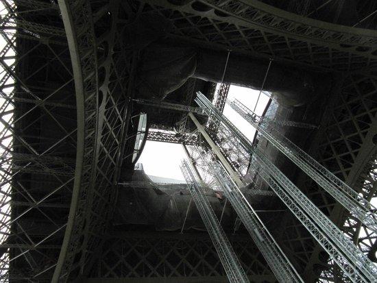 Tour Eiffel : View up the center.