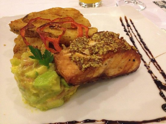 NH Collection Bogota Royal Teleport: Salmon with avocado salad and fried potato fries