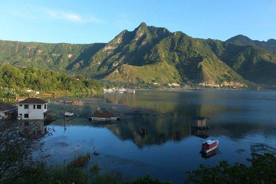 Eco Hotel Uxlabil Atitlan : vue sur le lac des chambres