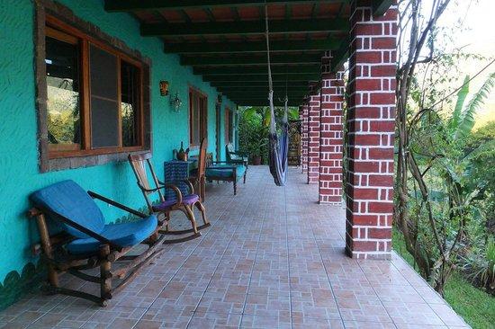 "Eco Hotel Uxlabil Atitlan: le ""couloir"" qui mène aux chambres"