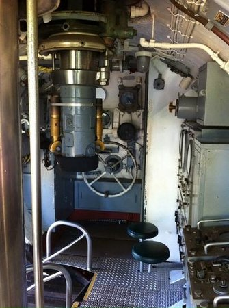 USS Bowfin Submarine Museum & Park : conning tower at Bowfin memorial
