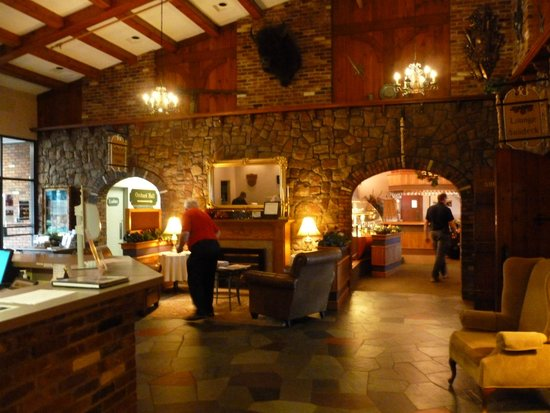 Old Orchard Inn & Spa: Looking from reception area into the bar/restaurant