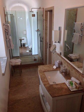 NH Collection Grand Hotel Convento di Amalfi: Baño que se ve la habitacion
