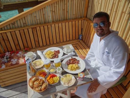 Bora Bora Pearl Beach Resort & Spa : Breakfast installed outside our room !