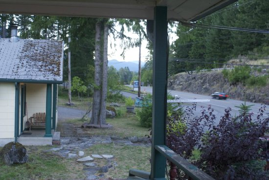Mountain View Lodge: View from the 2nd floor to the highway