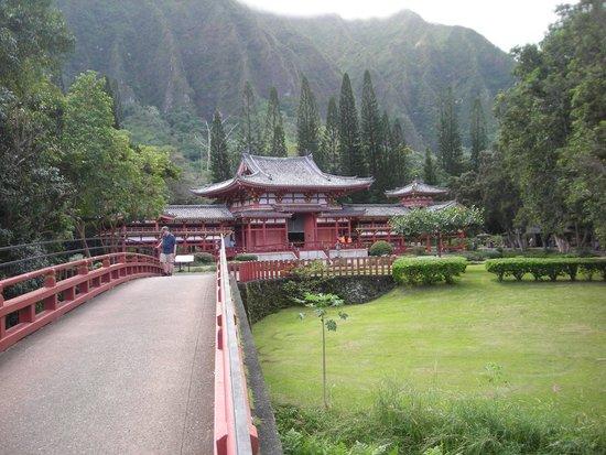Byodo-In Temple : Temple seen from bridge approach