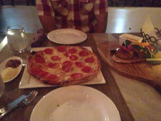 Bar Esquina : Pizza and chicken kebabs