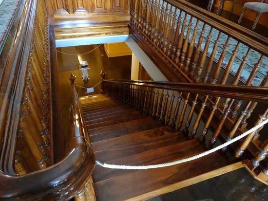 Iolani Palace: 3階までの吹きぬけているホールと階段