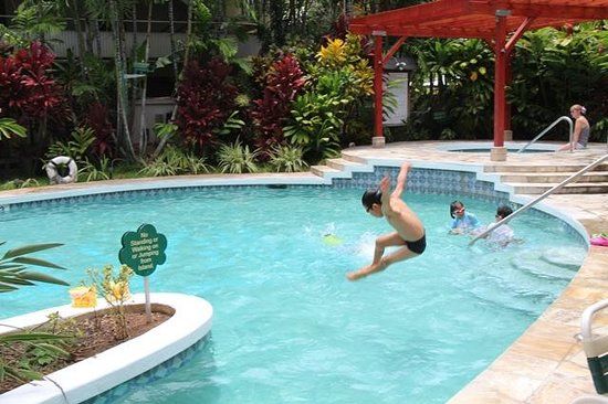 Waikiki Sand Villa Hotel: プールで子供たちは大喜び