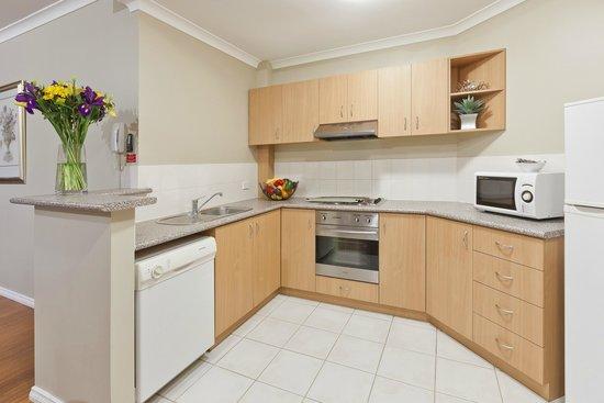Mont Clare Boutique Apartments: Kitchen
