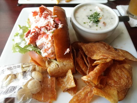 The River House Restaurant: Lobster Roll and Chowda