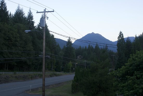 Mountain View Lodge: Down the road, mountain in the distance