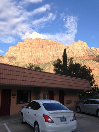 Zion Park Motel: mountains surround the hotel