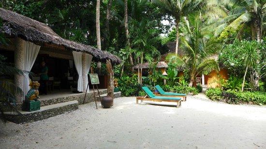 Coco Grove Beach Resort : Massage Area