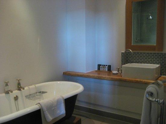 Hotel du Vin: Large bathroom and tub