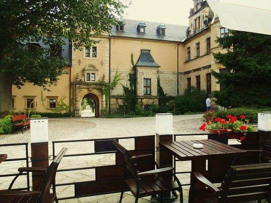 Zamek Kliczkow Centrum Konferencyjno-Wypoczynkowe: The courtyard as viewed from sitting in the beer garden