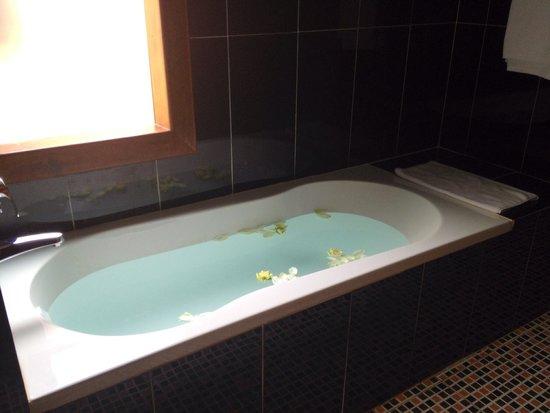 Bunwin Residence : clean and big bathroom