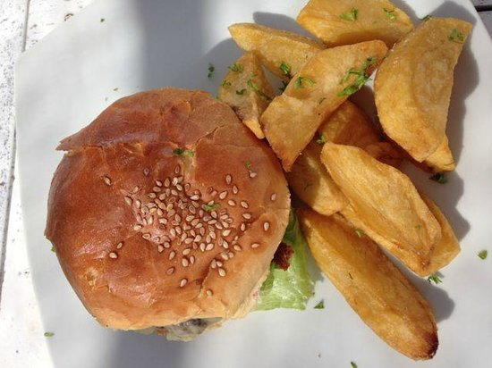 Scallywags Beach Club: Burger