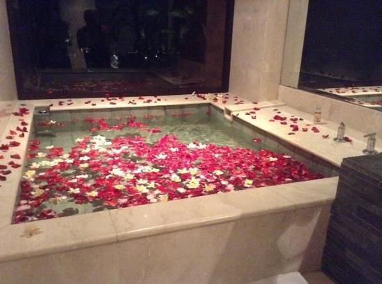Bali Mandira Beach Resort & Spa: bath in junior club suite