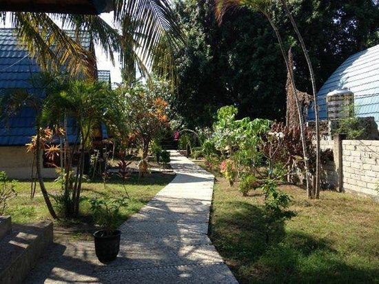 Gilinta Villa: Pathways between cottages